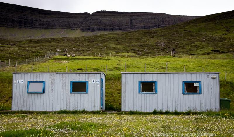 Det finnes mange campingplasser rundt om på Færøyene. Standarden varierer, men det er alltid godt å ha et varmt sted å søke til når storhavet kommer pustende med regn og vind.