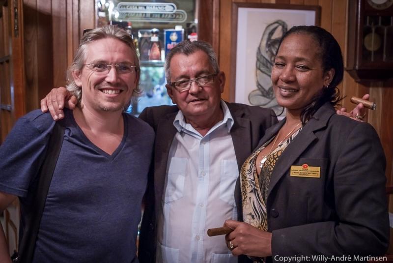 Her er min gode venn Snorre Walther avbildet sammen med innehaver Carlos Robaina og Maria Barbon Beltran i den legendariske sigarbutikken i Miramar.