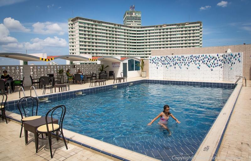 """Bassenget på toppetasjen av Hotel Capri danner åpningsscenen i to historiske filmer. En av dem er """"Vår mann i Havana"""" av Graham Green."""