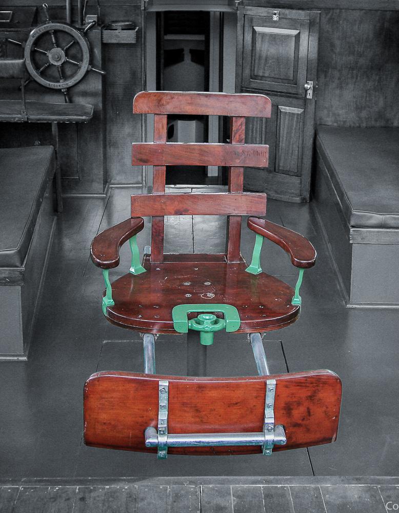 """Ernest Hemingway fikk påmontert en justerbar fiskestol om bord i """"Pilar"""" etter andre verdenskrig. Den kjente britiske komikeren, forfatteren og programskaperen Michael Palin har skrevet en roman med denne stolen som utgangspunkt."""