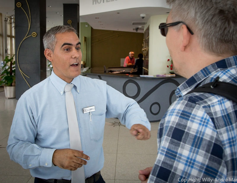 Jorge er en imøtekommende og hyggelig greeter på Hotel Capri. Her i samtale om hotellets historie med Snorre Walther.