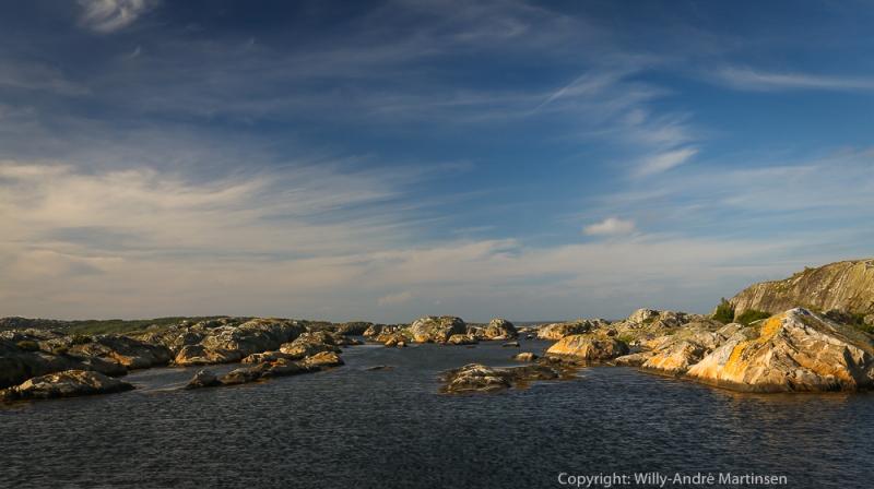 Stora Tjällekär er en god naturhavn der du ligger i ly for de fleste vinder.
