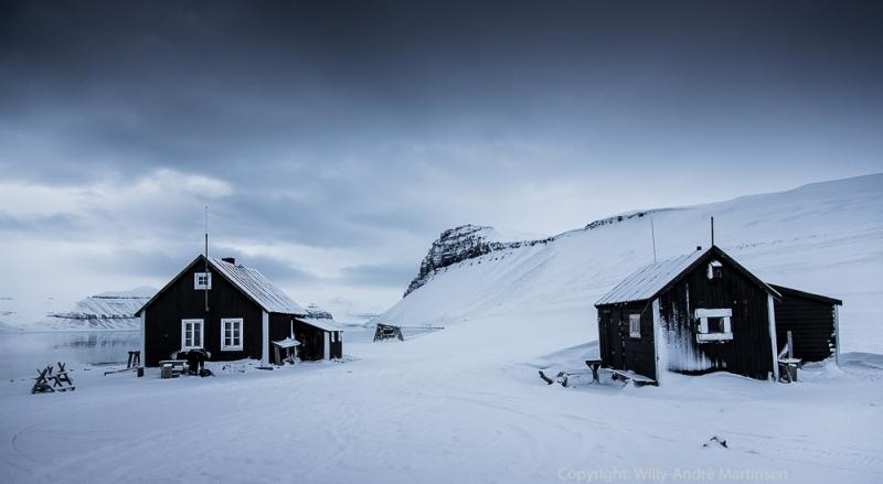 Den legendariske fangstmannen Hilmar Nøis hadde 38 overvintringer på Svalbard i perioden fra 1909 til 1963. Han bygde Villa Fredheim i 1927. I år måtte den flyttes lenger inn på land for at den ikke skulle bli skylt på sjøen.