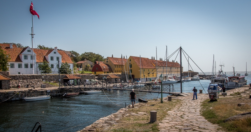 De to øyene Christiansø og Fredriksø er bunnet sammen av en smal gangbro.