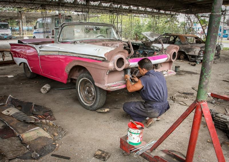 De kubanske myndighetene har sett verdien av å restaurere klassiske amerikanske biler. De skal frakte turister rundt i Havana.
