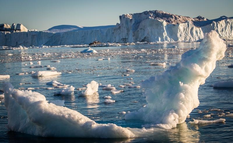 Båt og isfjell